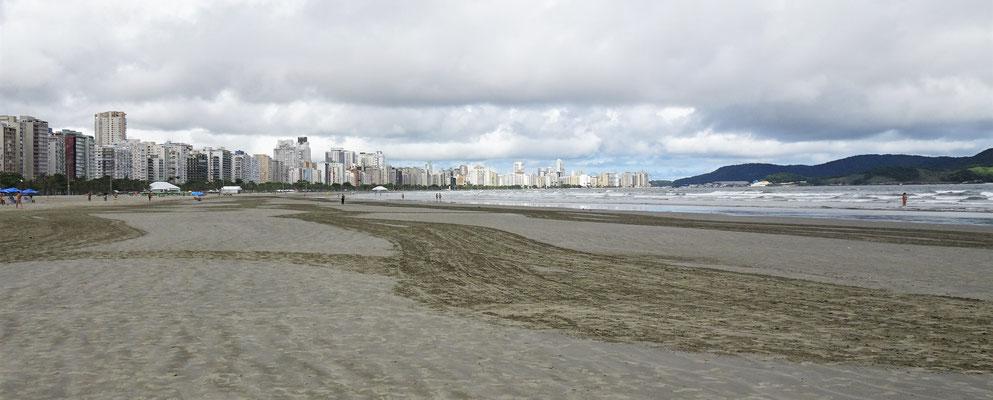 Der grosse Strand von Santos.