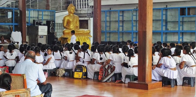 Schüler in der Tempelanlage.