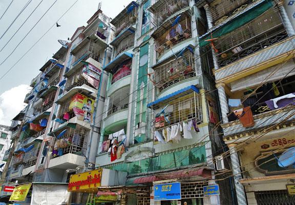 Ein Wohnhaus mit den vergitterten Balkone....