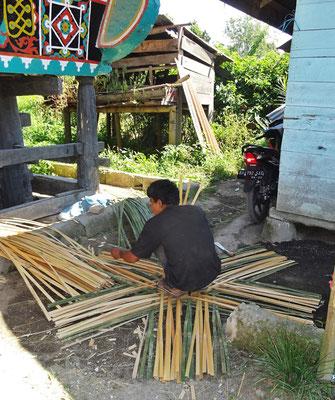 Hier werden Körbe für den Gemüsetransport aus Bambus geflochten