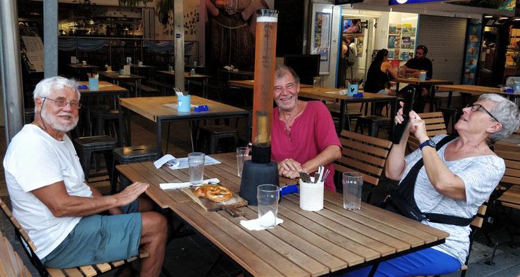 Mit Uschi und Christian beim Bavarian Beerhouse in Cairns.