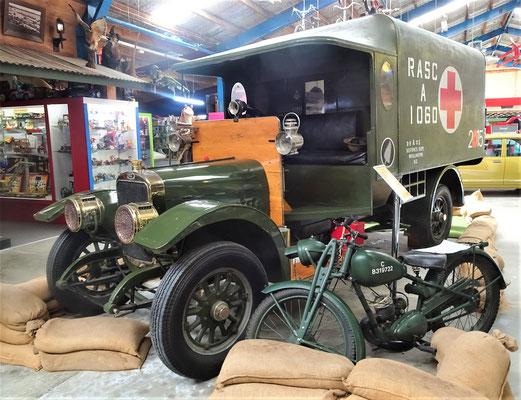 Ein Ambulanzfahrzeug aus dem ersten Weltkrieg.