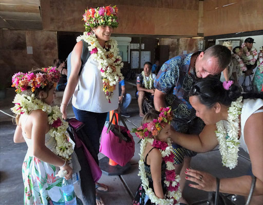 Ankunft in Tikehau mit vielen Blumen.