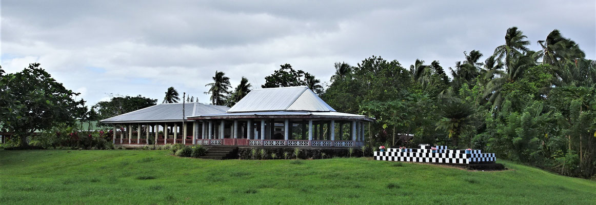 Typische Häuser mit dem Grab daneben.