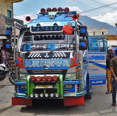 Schön dekorierte Minibusse...