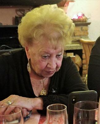 Konzentriert auf ihr neues Handy.