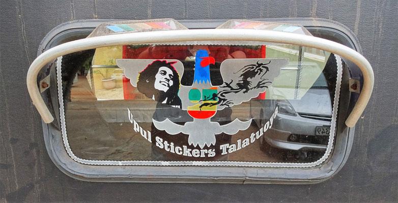 ...mit Bob Marley im Rücken.