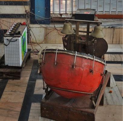 Eine mechanische Trommel mit Glocken.
