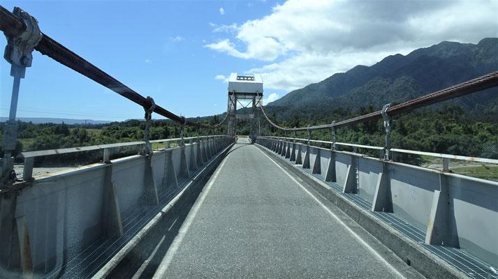 ....werden die einspurigen Brücken gekennzeichnet.