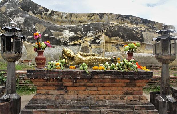Der Altar des  zum Teil eingerüsteten Wat Lokkayasutha.