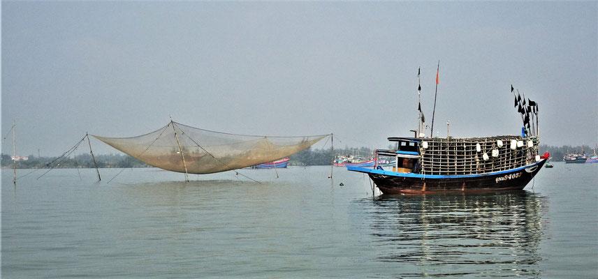 Boot geht auf Tintenfischjagt.