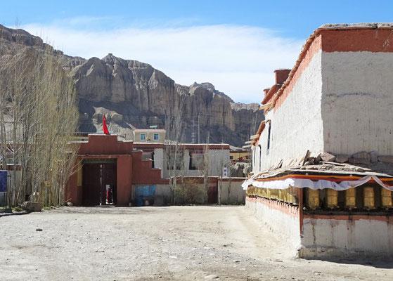 Der Blick zurück zum Eingang mit vielen neuen Gebetsmühlen