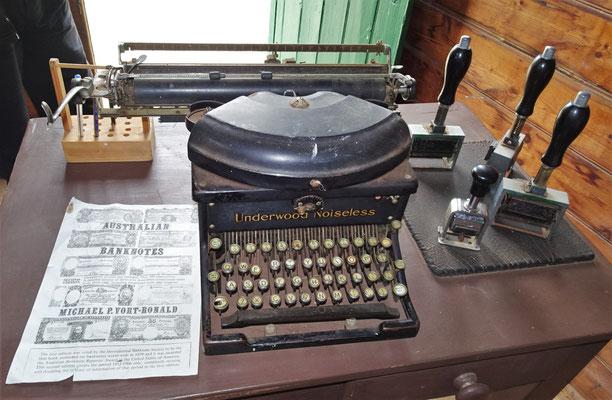 ....mit der Schreibmaschine.....