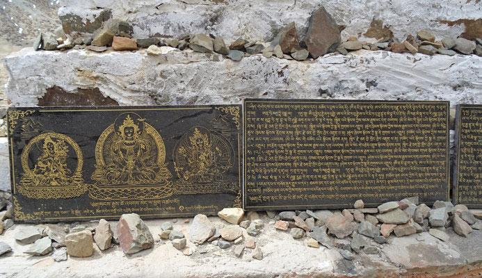 Steintafeln beim Sockel des Stupa
