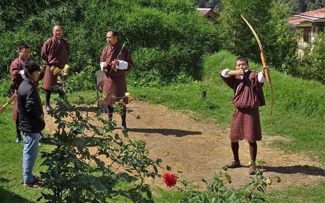 Lehrer üben mit dem Bambusbogen