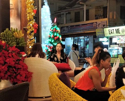 .....mit Weihnachts-Kitsch, Chinesen....