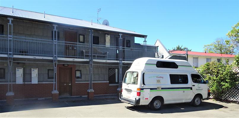 Unsere Rostlaube vor dem Country Glen Motel.