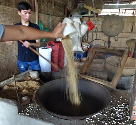 Da wird Reis in den heissen schwarzen Sand geschüttet.......