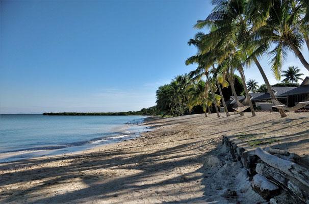 Der Strand mit vielen Korallenstückchen.