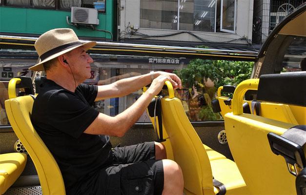 Mit dem Sky Hop Bus.....