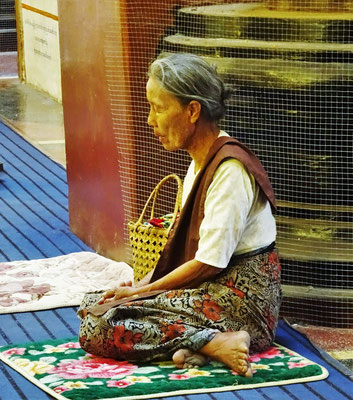 Sie ist ganz in ihr Gebet vertieft.