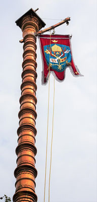 Das Päpstliche Emblem mit der Krone und den Schlüsseln Petri.