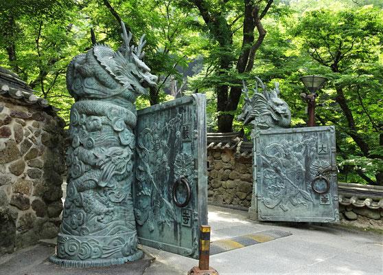 Der Eingang zum Hwaeomsa Tempel