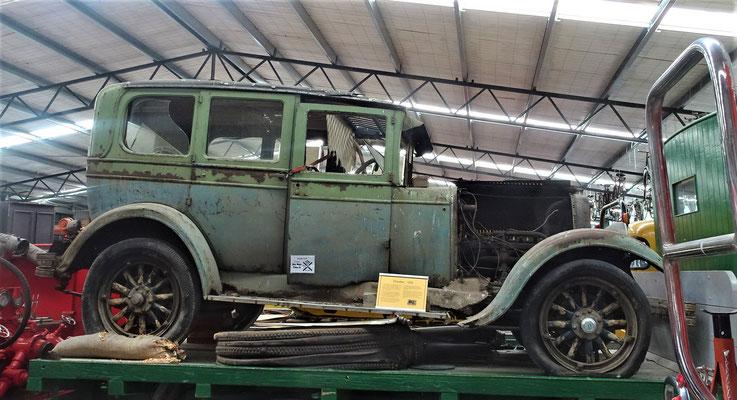 ....alten Fahrzeug auf der Ladefläche.