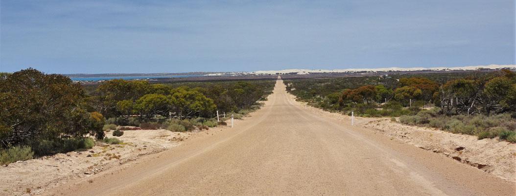....mit der Sicht auf Fowlers Bay mit den Weissen Sanddünen.