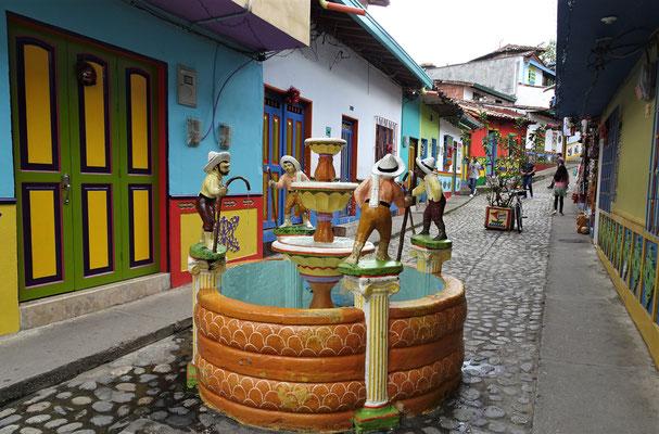 Auch der Brunnen ist ein farbiges Kunstwerk.