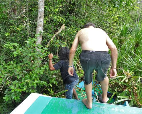 ...wo Ugo mithelfen muss das Boot wieder klar zu machen.
