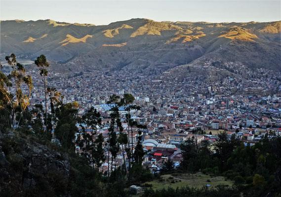 Der Blick auf Cusco am Abend.