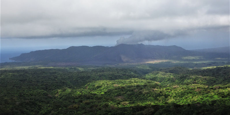 Der erste Blick auf den Vulkan Yasur.