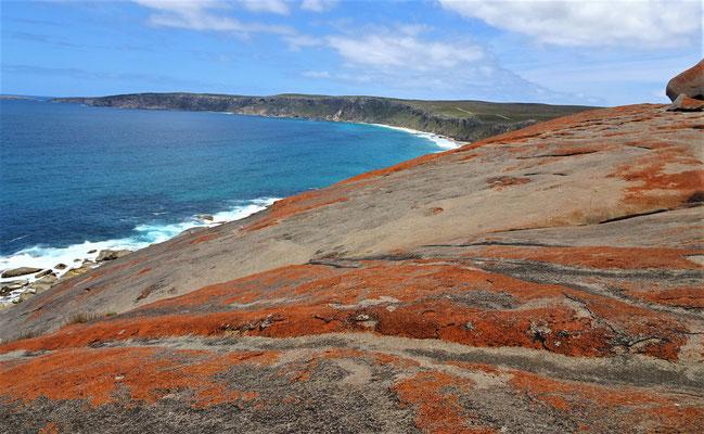 Die Rote Farbe sind lebende Organismen die den Granit zersetzen.