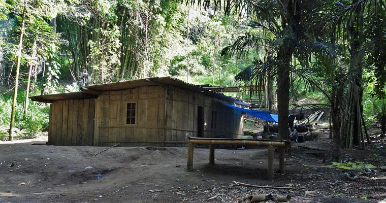 Einfache Bambushütten als Wohnhaus.