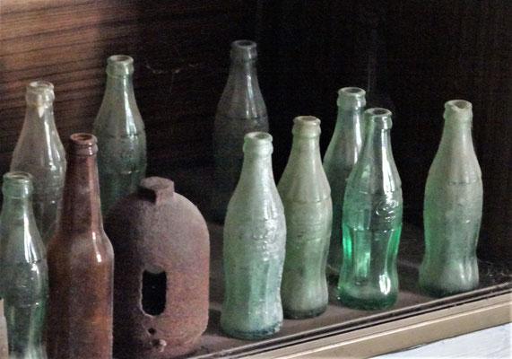....seine Coca Cola Flaschen. Die älteste aus dem Jahre 1939.