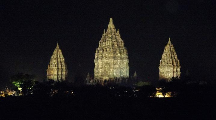 ....vor dem Prambanan Tempel.