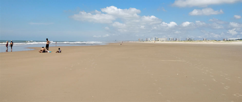 Der riesige und leere Strand.