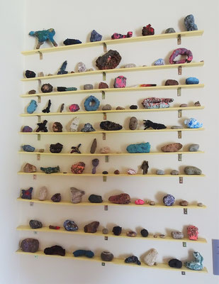 Viele farbige Steine aus der Umgebung.