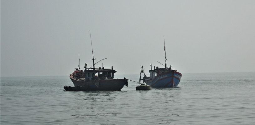 Fischerboote im Dunst.