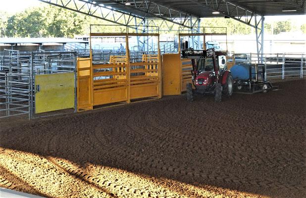 Die Arena wird für das Rodeo vorbereitet.