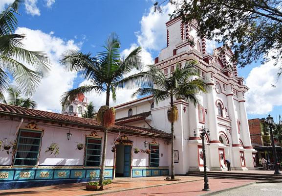 ....mit der zentralen Kirche.