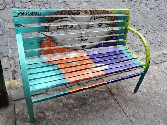 Auch die Bänke sind Kunstwerke.