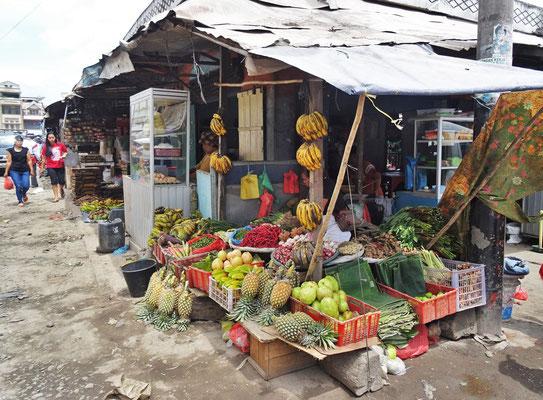 Typischer Gemüse-Früchtestand....