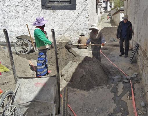 Ugo bei der Baustellenkontrolle..