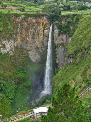 Der 100m Wasserfall Sipiso-Piso