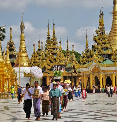 Eine Prozession um den Stupa.....