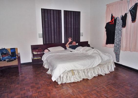 ...mit dem grosszügigen Zimmer...
