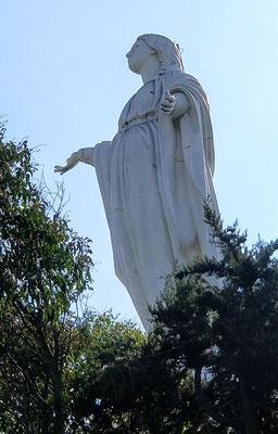 Die Maria Statue daneben....
