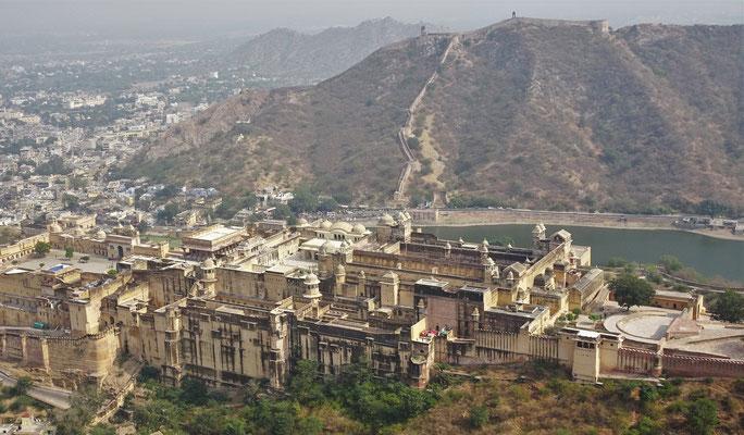 Der Blick vom Jaigarh Fort auf das Amer Fort.
